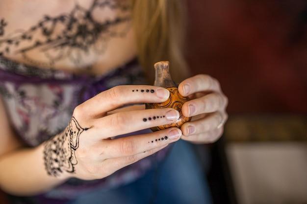 Close-up van de hand van de vrouw die oude houten container houdt Gratis Foto