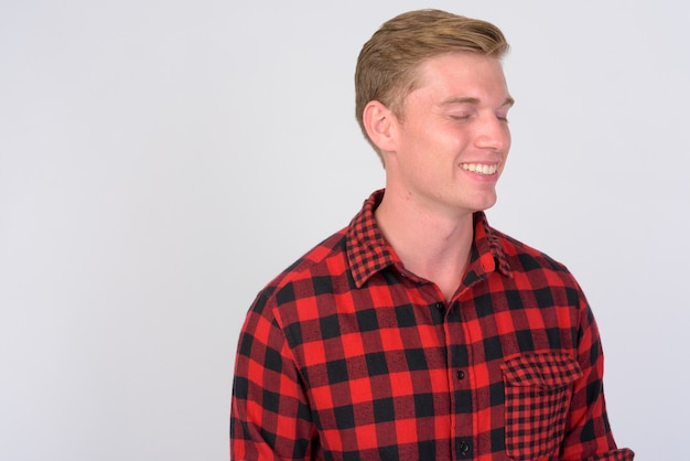 Close-up van de jonge knappe hipster man met blond haar geïsoleerd Premium Foto