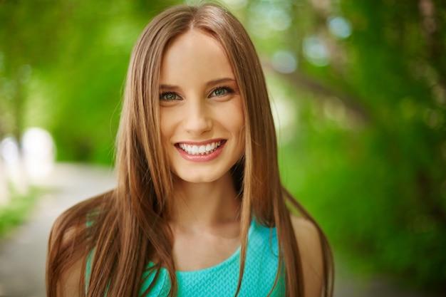 Close-up van de jonge vrouw in openlucht Gratis Foto