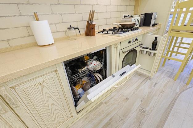 Close-up van de luxe de moderne beige keuken, sommige open laden Premium Foto