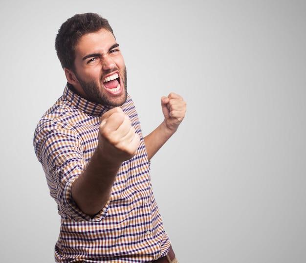 Close-up van de man met een boos gezicht, die beginnen te vechten met vuisten Gratis Foto