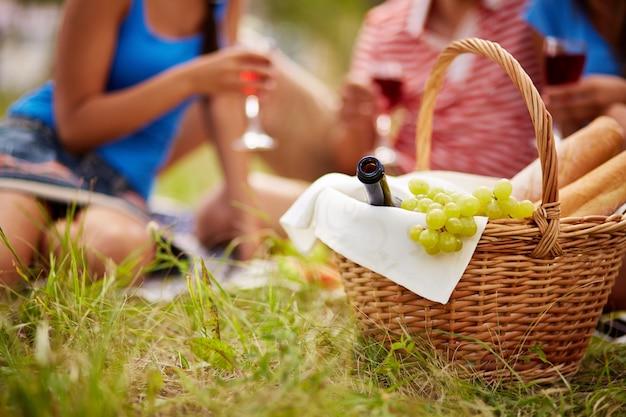 Close-up van de mand met druiven en wijn Gratis Foto
