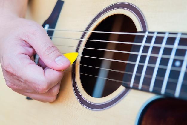 Close-up van de mens gitaar spelen Gratis Foto