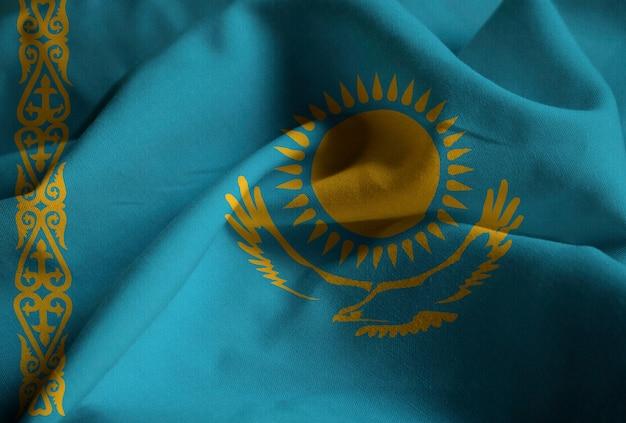 Close-up van de ruffled vlag van kazachstan, de vlag die van kazachstan in wind blaast Premium Foto