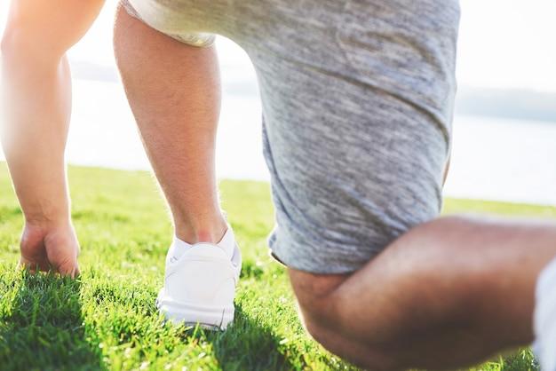 Close-up van de voeten van een man die in gras loopt. Gratis Foto