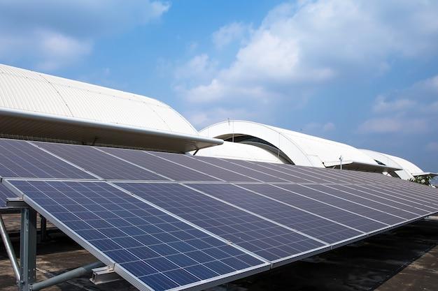 Close-up van de zonnepanelen die op het dak van het gebouw zijn geïnstalleerd Premium Foto