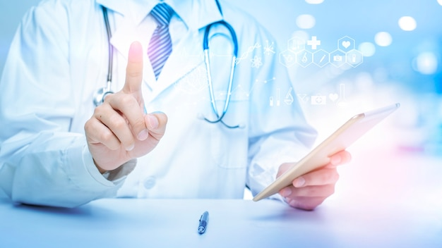 Close-up van doctor toont medische analysegegevens. Premium Foto