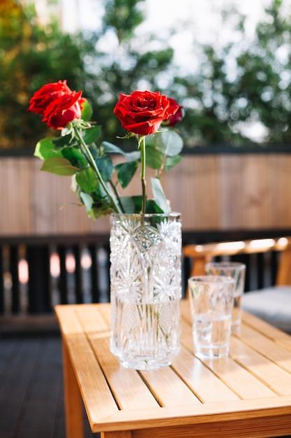 Rozen In Vaas.Close Up Van Drie Mooie Rode Rozen In Glazen Vaas Over De Houten