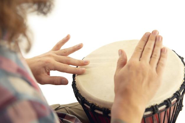 Close up van drummer handen drum spelen Gratis Foto