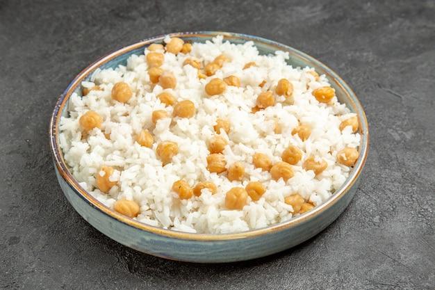Close-up van easy-make vooruit erwten en rijstmaaltijd voor het diner op donker Gratis Foto