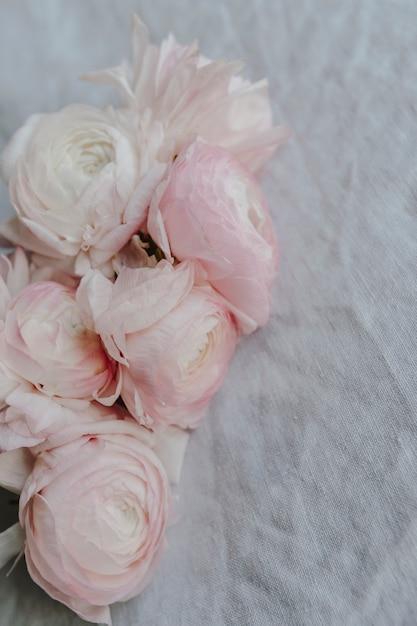Close-up van een boeket van ranunculus bloemen Gratis Foto