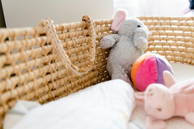 Close-up van een een babymand en speelgoed Gratis Foto