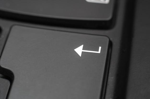 Close-up van een enter-toets. bevestiging van gegevens op een computertoetsenbord Gratis Foto