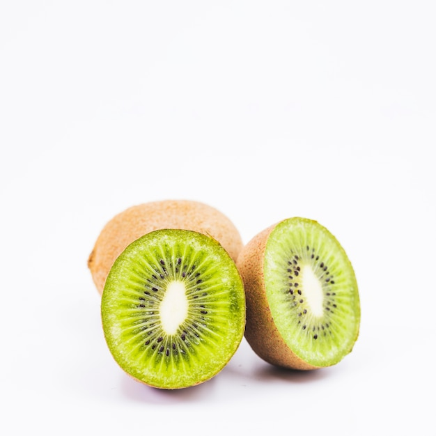 Close-up van een gehalveerde kiwivruchten op witte achtergrond Gratis Foto