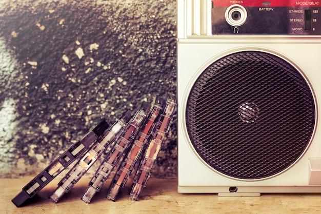 Close-up van een groep cassettes naast de spreker van een oude boombox Premium Foto