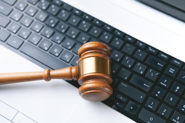 Close-up van een hamer en een computertoetsenbord. Premium Foto