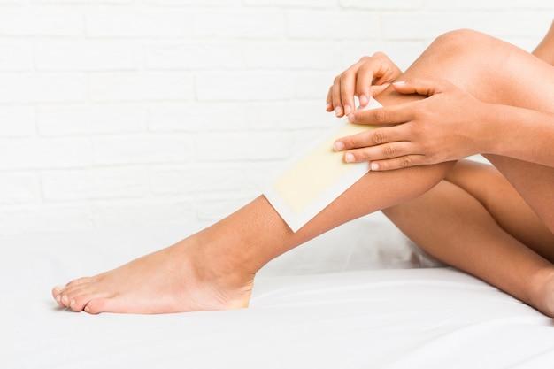 Close up van een jonge afro-amerikaanse vrouw haar benen waxen Premium Foto