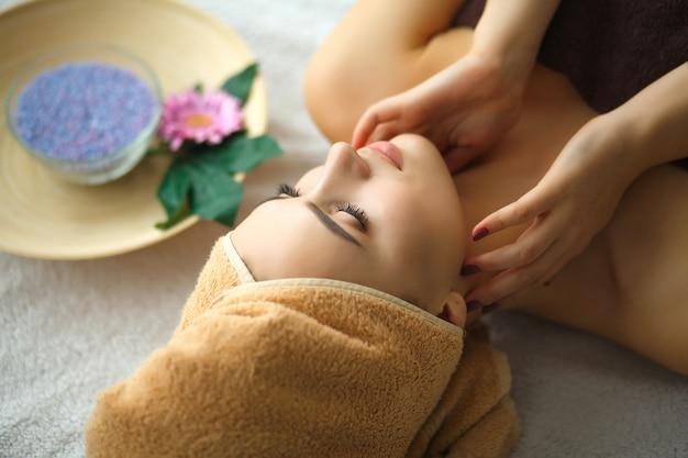 Close-up van een jonge vrouw die kuuroordbehandeling krijgen bij schoonheidssalon. Premium Foto