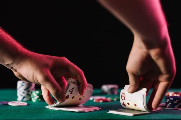 Close-up van een kaart van de handelaar van de handelaar in casino Gratis Foto