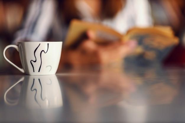 Close-up van een kopje verse koffie op tafel. Premium Foto