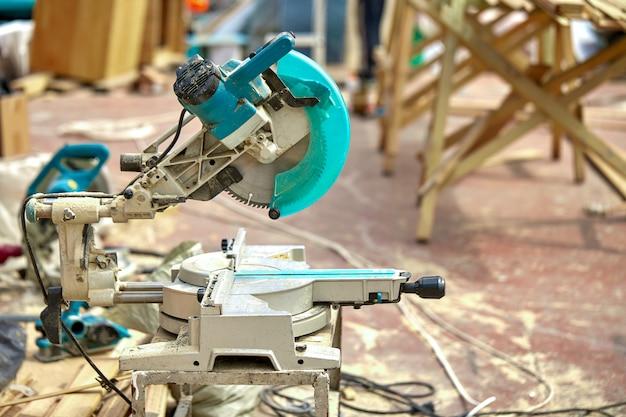 Close-up van een laser cirkelzaag op een bouwplaats. producten huis en tuin en productie. bouw tool. Premium Foto