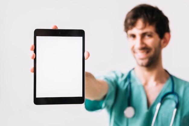 Close-up van een mannelijke artsenhand die digitale tablet houdt Gratis Foto
