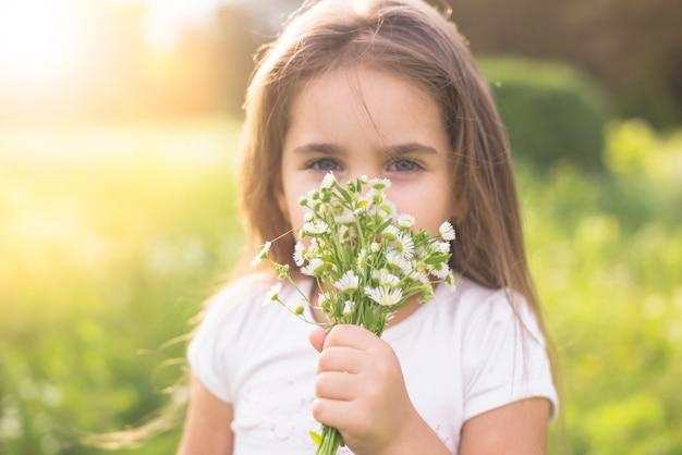 Close-up van een meisje ruikende witte bloemen Gratis Foto