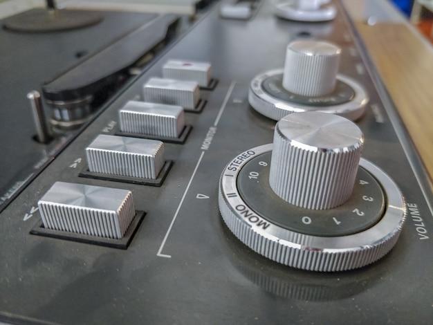 Close-up van een oude stoffige cdj op de tafel met een onscherpe achtergrond Gratis Foto