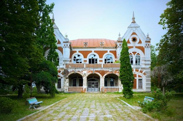 Close-up van een oude villa in de stad Gratis Foto