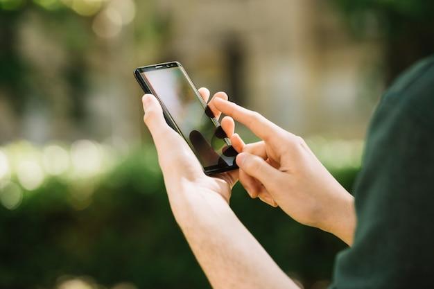 Close-up van een persoon met behulp van mobiele telefoon Premium Foto