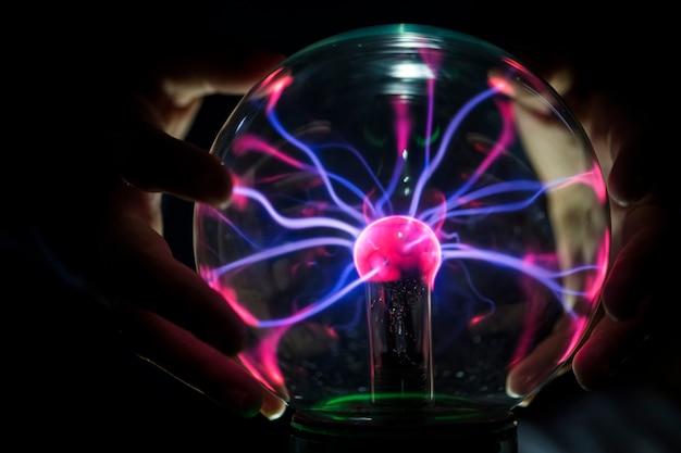 Close-up van een plasmabol in de duisternis Gratis Foto