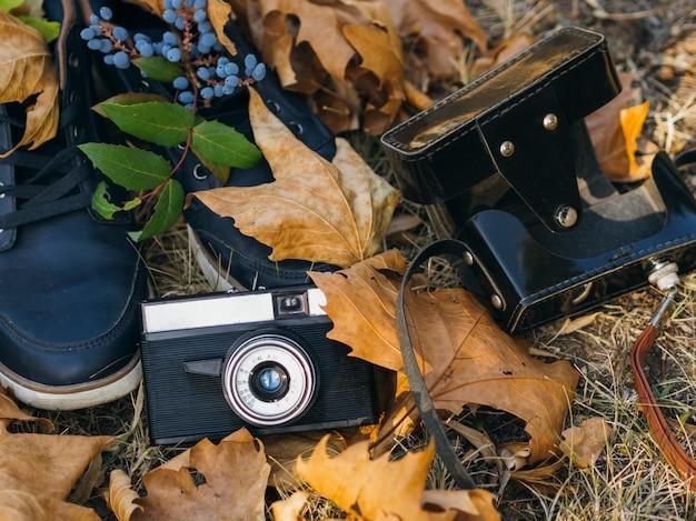 Close-up van een retro fotocamera op grond Gratis Foto
