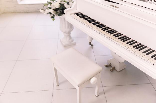 Close-up van een stoel dichtbij de piano. Premium Foto