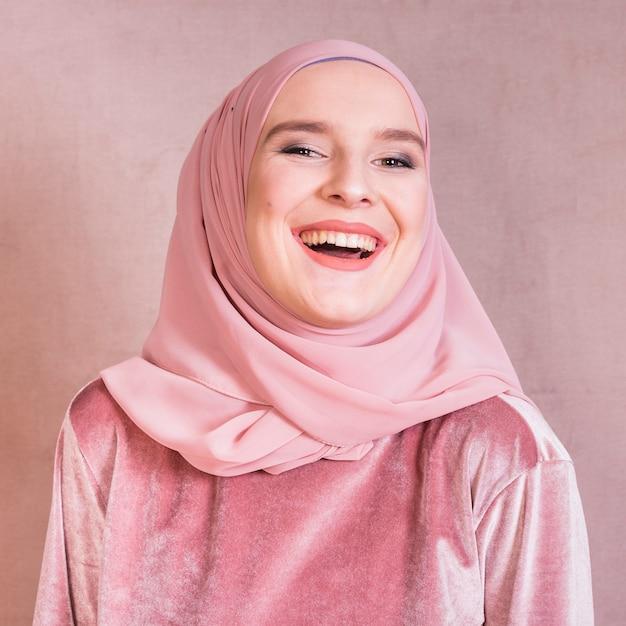 Close-up van een vrolijke jonge arabische vrouw met hoofddoek Gratis Foto