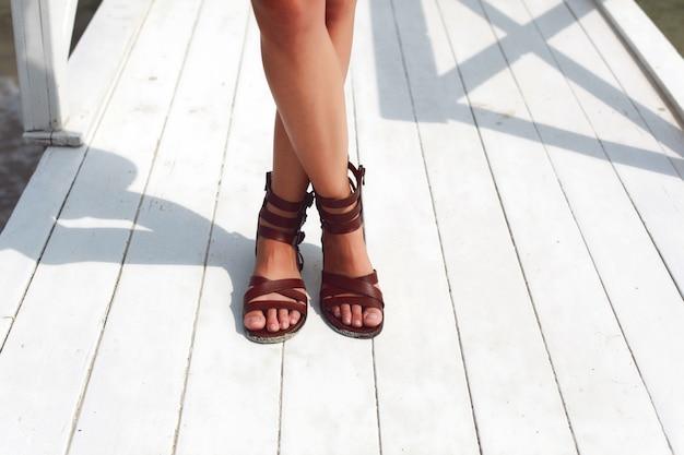 Close-up van een vrouw met bruine sandalen Gratis Foto
