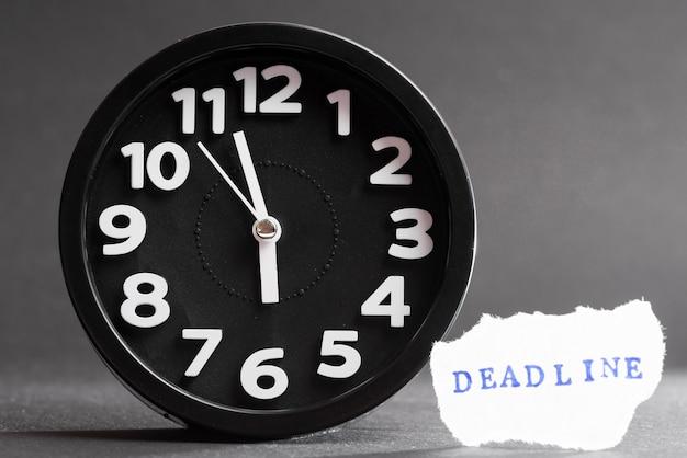 Close-up van een wekker met deadline tekst Gratis Foto