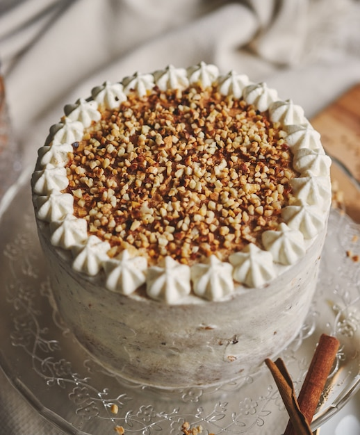 Close-up van een witte heerlijke kerstcake met noten en mandarijn Gratis Foto