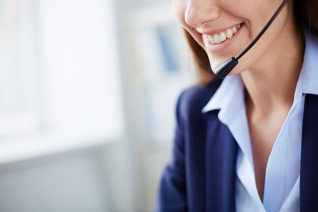 Close-up van een zakenvrouw met een grote glimlach Gratis Foto