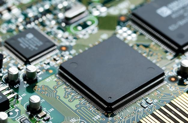 Close-up van elektronische printplaat met cpu microchip elektronische componenten achtergrond Gratis Foto