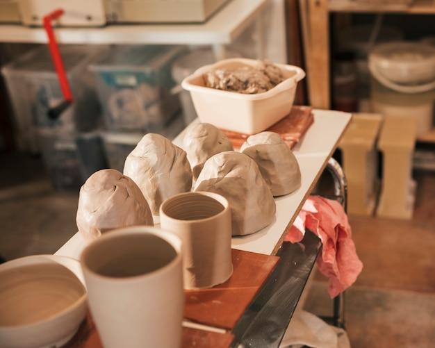 Close-up van gekneed deeg; keramische vaas op tafel Gratis Foto