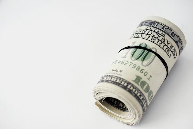 Close-up van geldbundel die op witte achtergrond wordt geïsoleerd Gratis Foto
