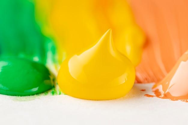 Close-up van gele, oranje en groene verf Gratis Foto