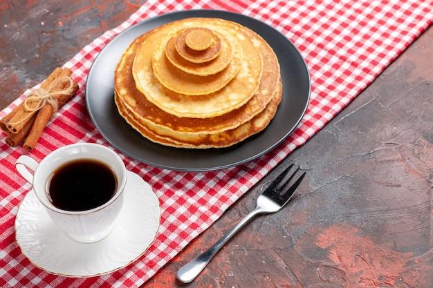 Close-up van gemakkelijk gemaakte pannenkoeken een kopje thee kaneel limoen Gratis Foto