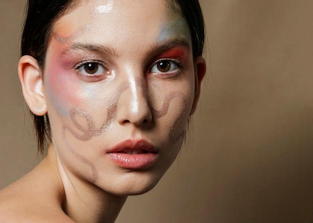Close-up van geschilderd gezicht op vrouw Gratis Foto