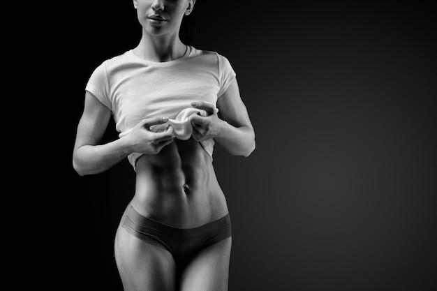 Close-up van gespierde buik van vrouwelijk model Premium Foto