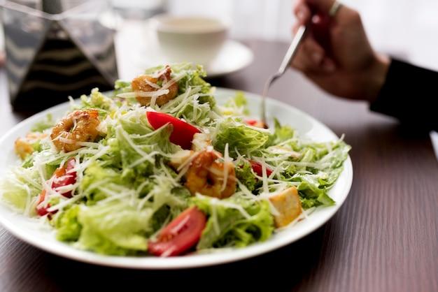 Close-up van gezonde salade met garnalen op plaat Gratis Foto