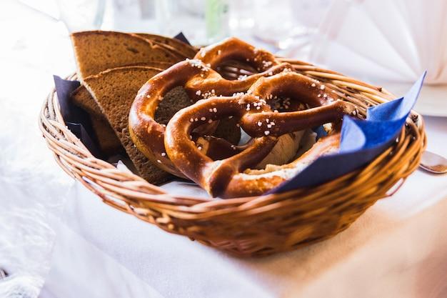 Close-up van gezouten pretzels in traditioneel beiers restaurant Premium Foto