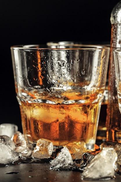Close-up van glas met whisky Premium Foto