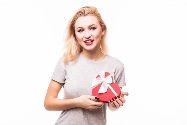Close-up van glimlachend wijfje die rode hart gevormde giftbox houden Gratis Foto