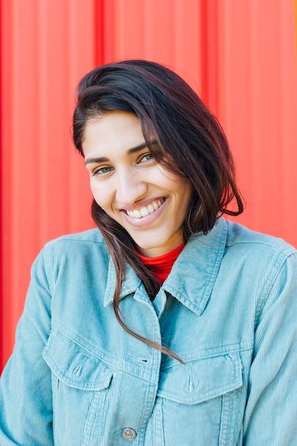 Close-up van glimlachende vrouw die camera bekijkt Gratis Foto